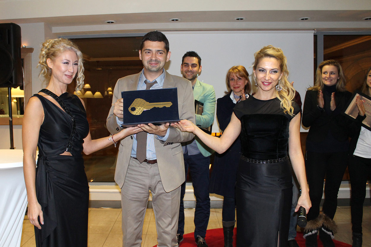 """Водещите на церемонията Ива Дойчинова и Калина Стефанова връчват наградата """"Будител - 2014 г."""" на д-р Врабевски"""