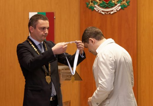 Д- р Милен Врабевски бе награден с почетен медал с лента от кмета на Варна Иван Портних