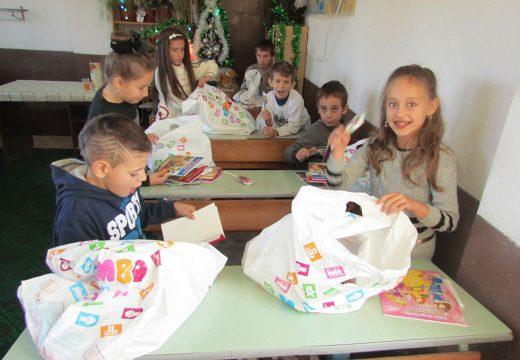 Д-р Врабевски зарaдва деца от с. Бунцево в навечерието на Коледа