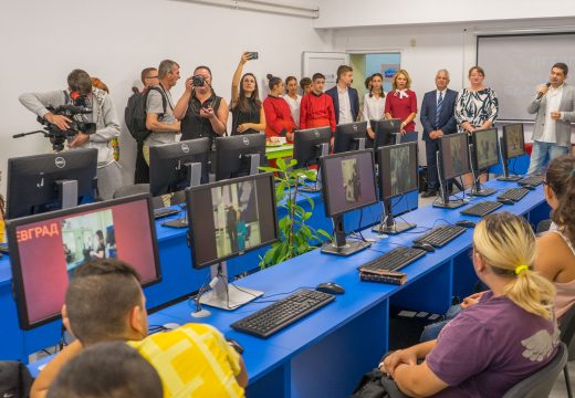 Зам.-министър Сачева и д-р Врабевски откриха нова компютърна зала в Благоевград и новооборудвана детска градина в Делчево