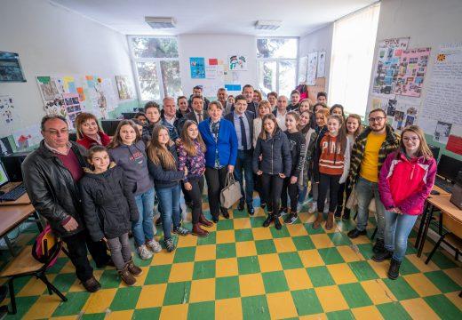 Зам.-министърът на образованието и ръководителят на ЕК в България откриха новооборудвана компютърна зала в Македония, дарение от д-р Милен Врабевски