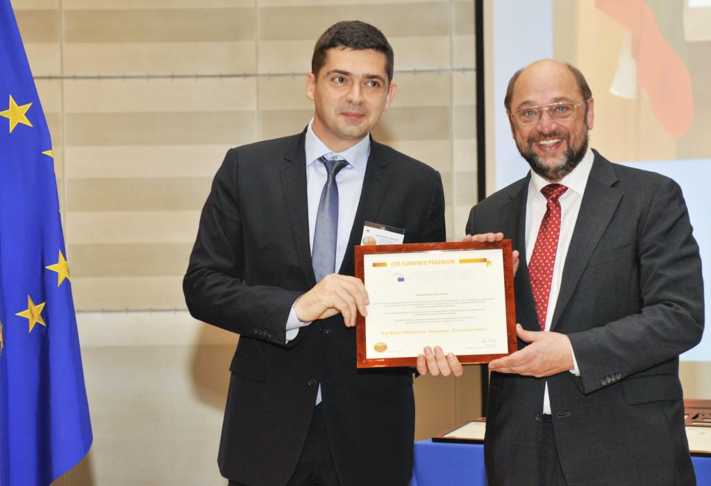 """Д-р Милен Врабевски и г-н Мартин Шулц при връчването на """"Гражданската награда"""" на Европейския парламент за 2013 г."""